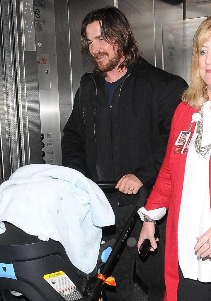 Christian+Bale+Christian+Bale+Arrives+LAX+MIKIpXKXmj9x