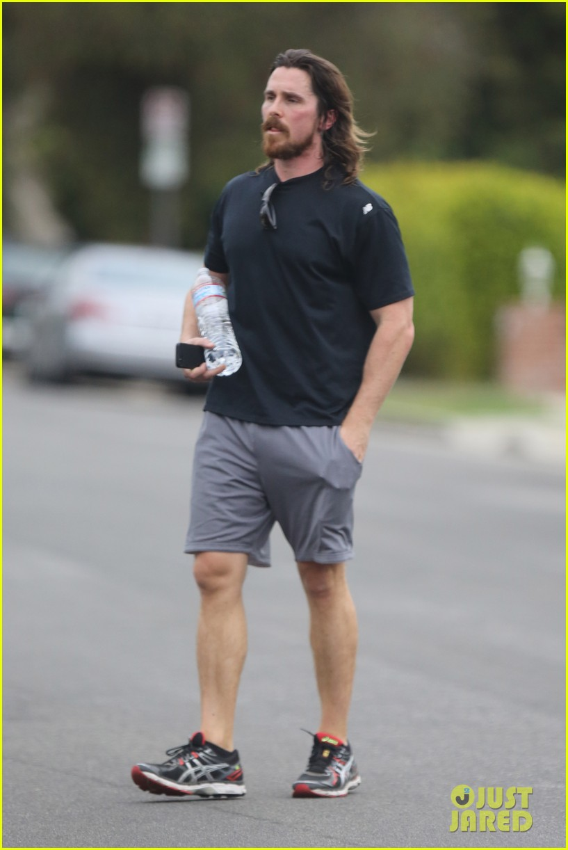 christian-bale-bulging-muscles-workout-01