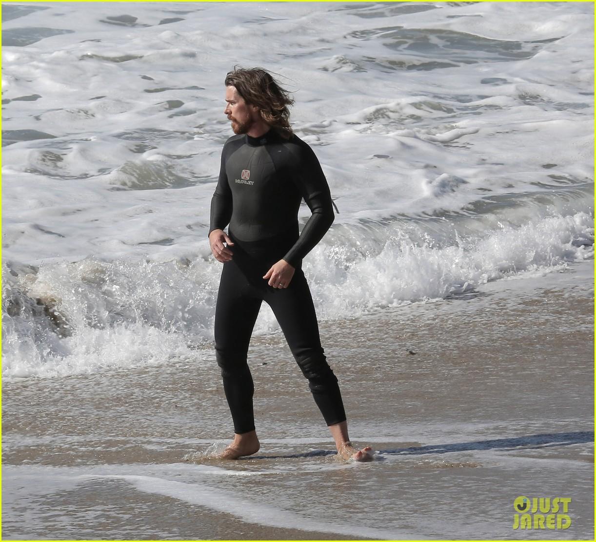 christian-bale-shirtless-paddle-boarding-malibu-10