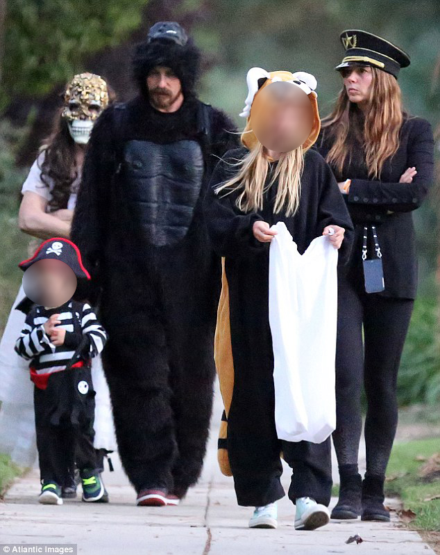 39f5874300000578-3894722-in_the_wild_on_halloween_on_monday_christian_bale_42_went_trick_-a-3_1478044828065